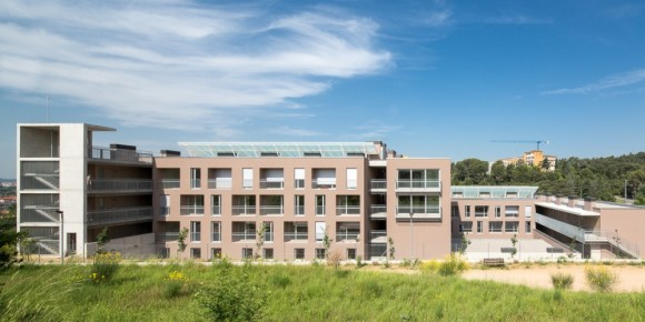 534c5681c07a8005610000fb_social-housing-for-people-over-65-in-girona-arcadi-pla-arquitectes__pl_9300-1000x500