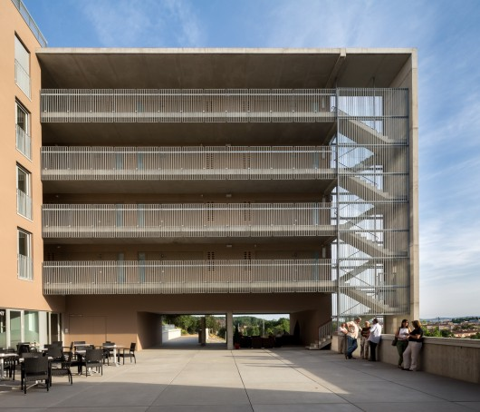 534c56c7c07a8073b4000114_social-housing-for-people-over-65-in-girona-arcadi-pla-arquitectes__pl_9694-530x454