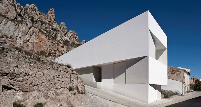 fran-silvestre-house-on-mountainside-overlooked-by-castle-designboom-02
