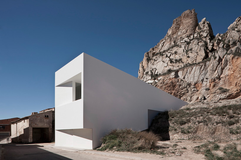 fran-silvestre-house-on-mountainside-overlooked-by-castle-designboom-03