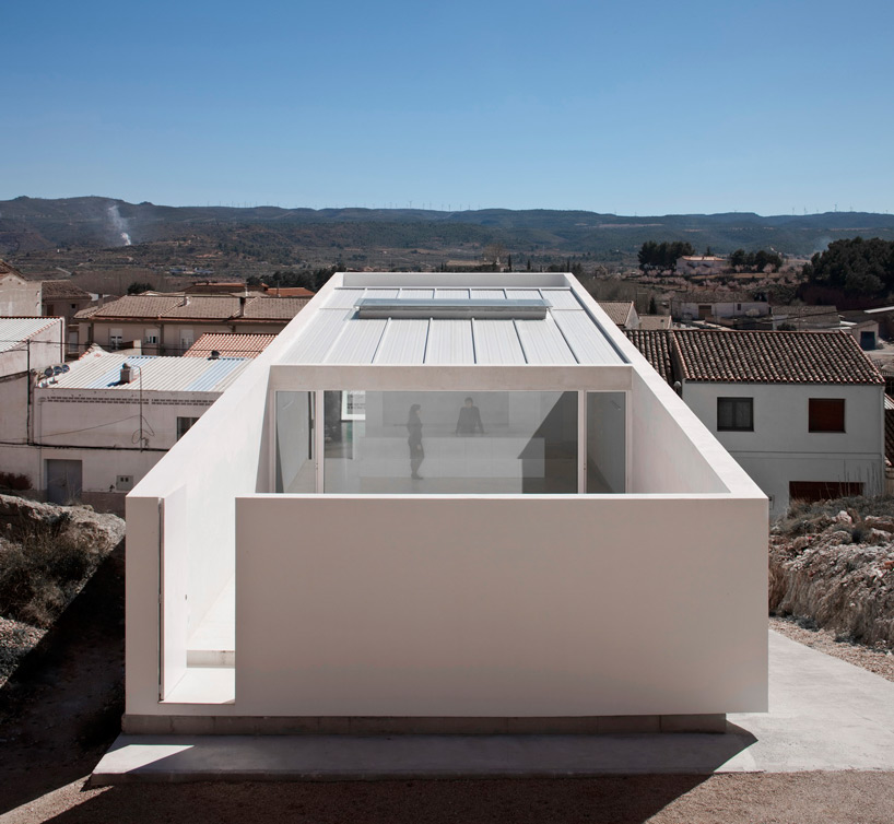 fran-silvestre-house-on-mountainside-overlooked-by-castle-designboom-05