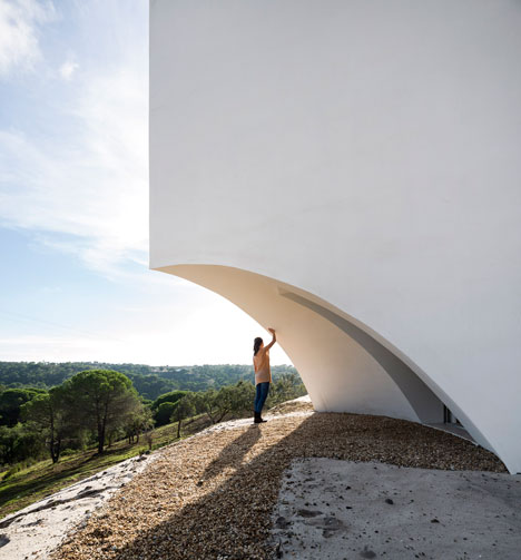 House-in-Fontinha-by-Manuel-Aires-Mateus_dezeen_22