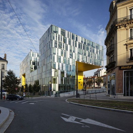 514e2204b3fc4b755a000032_cite-des-affaires-in-saint-etienne-manuelle-gautrand-architecture_ste-tbr-14-photo_ext_19_fillon-528x528