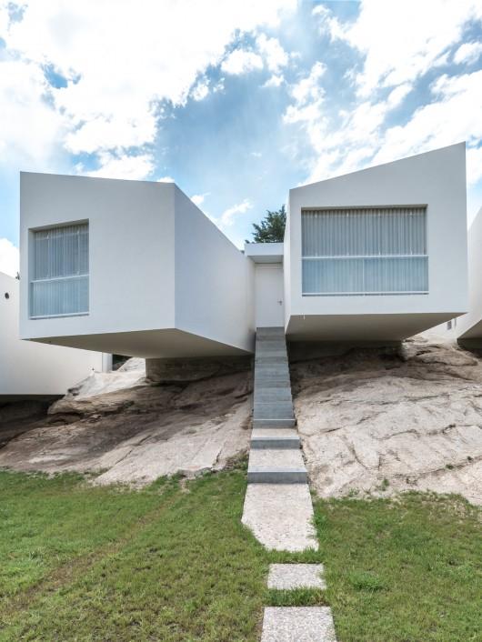 54bf0c63e58ece563700015f_5-houses-carlos-alejandro-ciravegna_5_casas_arq_ciravegna_fotos_g_viramonte_-252-530x706