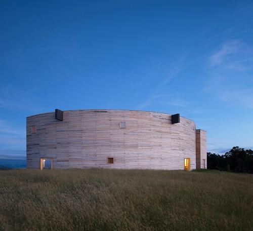 crescent-shaped-house-chile-pezo-von-ellrichshausen-05