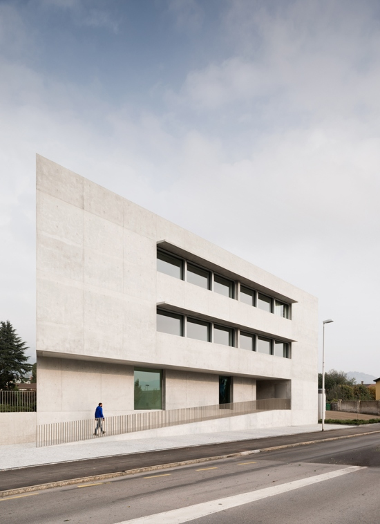 montemurro-aguiar-architetti-raiffeisen-bank-campagnadorna-stabio-switzerland-04